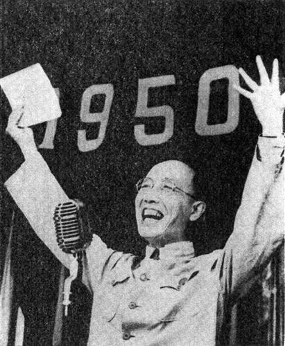 Guo Moruo widmet am Kindertag, dem 1. Juni 1950, im Gongshan-Park in Peking den Kindern ein Gedicht